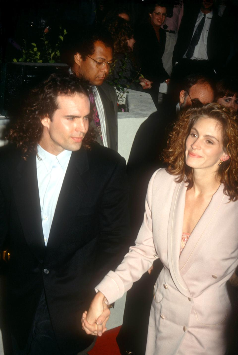 LOS ANGELES, CA - 1993:  Actor Jason Patric and girlfriend actress Julia Roberts arrive at an event circa 1993 in Los Angeles, California.  (Photo by Ron Davis/Getty Images)