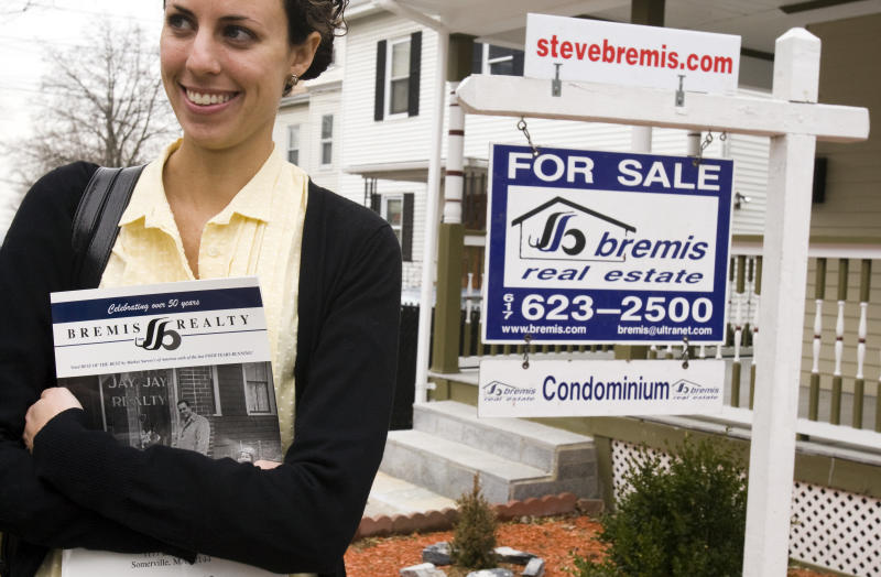 Prospective home buyer Jessica Doctoroff (C) visits a condominium for sale with her real estate agent Brenda Bremis in Medford, Massachusetts April 2, 2009. Pending sales of existing U.S. homes rose modestly in February but the market is still weak in the face of continued declines in home values and a recession, according to the National Association of Realtors Pending Home Sales Index REUTERS/Brian Snyder (UNITED STATES)