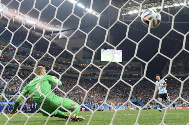 Netherlands' goalkeeper Jasper Cillessen (L) fails to save a shot by Argentina's Lionel Messi during a penalty shoot out at The Corinthians Arena in Sao Paulo on July 9, 2014 (AFP Photo/Fabrice Coffrini)