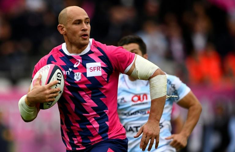 Stade Francais Paris' Number Eight Sergio Parisse (L) runs on his way to score a try on April 30, 2017