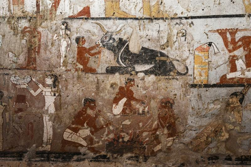 A general view shows well-preserved and rare wall paintings inside the tomb of an Old Kingdom priestess discovered by Egyptian archaeologists on the Giza plateau on the southern outskirts of Cairo on February 3, 2018 (AFP Photo/MOHAMED EL-SHAHED)