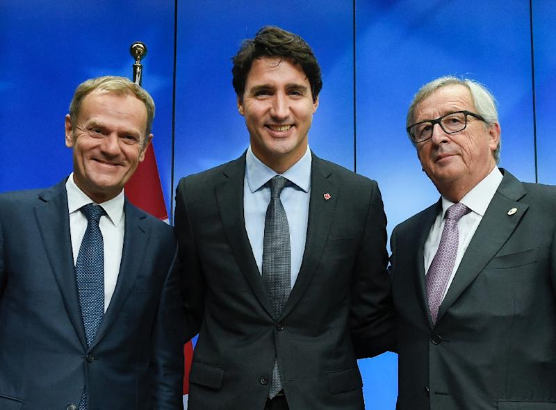 Donald Tusk (left) and Jean-Claude Juncker (right) with Canadian Prime Minister Justin Trudeau (AFP Photo/John Thys)