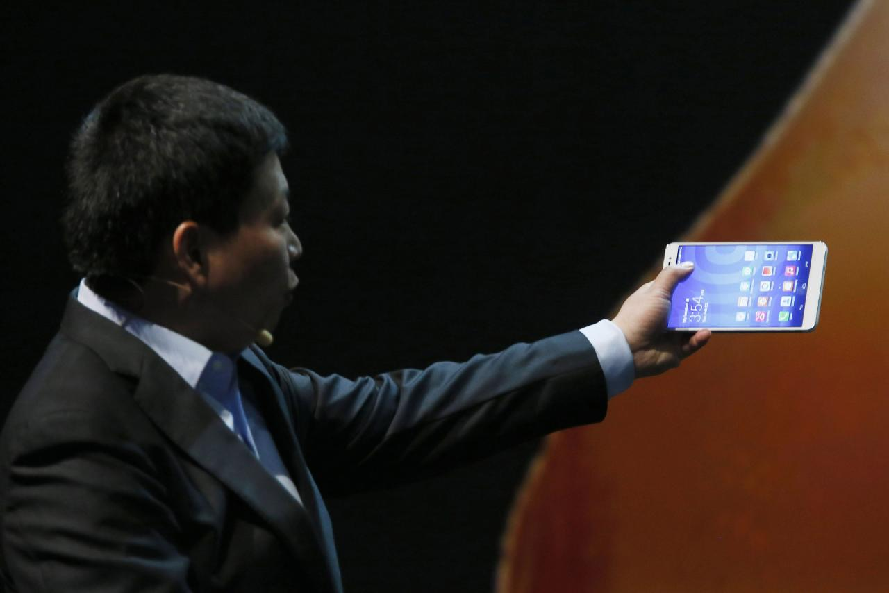 Huawei CEO Richard Yu shows the MediaPad X1, the world's slimmest 7-inch LTE Cat4-enabled all-in-one phablet, during a presentation before the start of the Mobile World Congress in Barcelona February 23, 2014. The GSMA Mobile World Congress, representing the interests of the worldwide mobile communications industry, takes place from February 24 to 27 in Barcelona. REUTERS/Gustau Nacarino (SPAIN - Tags: BUSINESS TELECOMS)