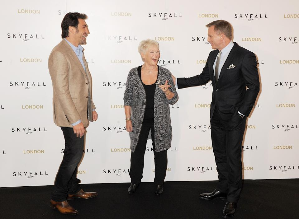 LONDON, ENGLAND - OCTOBER 22:  (EMBARGOED FOR PUBLICATION IN UK TABLOID NEWSPAPERS UNTIL 48 HOURS AFTER CREATE DATE AND TIME. MANDATORY CREDIT PHOTO BY DAVE M. BENETT/WIREIMAGE REQUIRED)   (L to R) Javier Bardem, Dame Judi Dench and Daniel Craig attend a photocall for the new James Bond film 'Skyfall' at The Dorchester on October 22, 2012 in London, England.  (Photo by Dave M. Benett/WireImage)