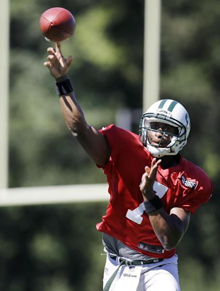 New York Jets quarterback Geno Smith throws a pass during NFL football practice in Florham Park, N.J. Wednesday, Sept. 4, 2013. (AP Photo/Mel Evans)