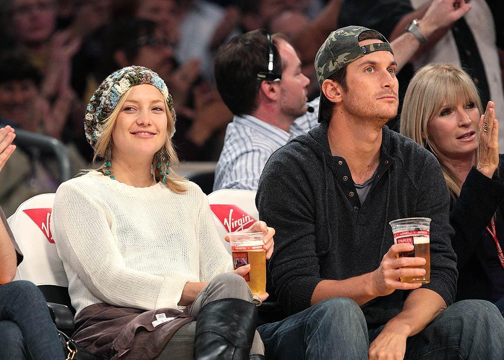 "Kate Hudson throws back a few beers with her big brother Oliver (""Rules of Engagement""). Noel Vasquez/<a href=""http://www.gettyimages.com/"" target=""new"">GettyImages.com</a> - November 5, 2008"