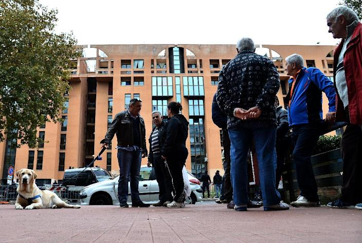 Italian residents of Rome's Tor Sapienza neighborhood stand near a refugee facility which has at the centre of violence, on November 15, 2014 (AFP Photo/Alberto Pizzoli)