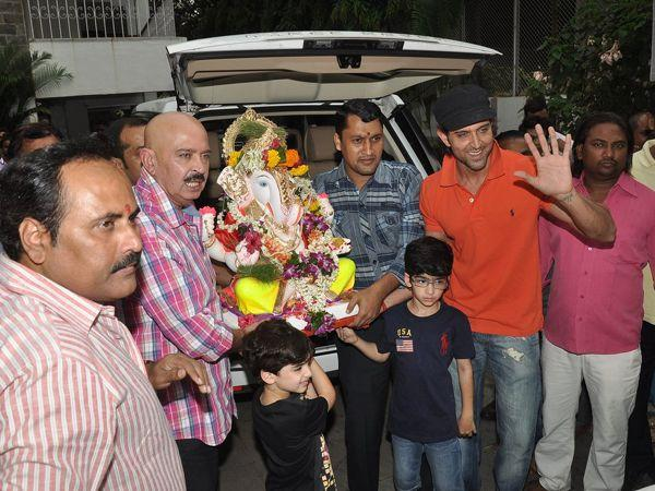 <p><strong>Hrithik Roshan</strong> along with father Rakesh Roshan and his munchkins Hrehaan and Hridhaan bid goodbye to the God of prosperity.</p>