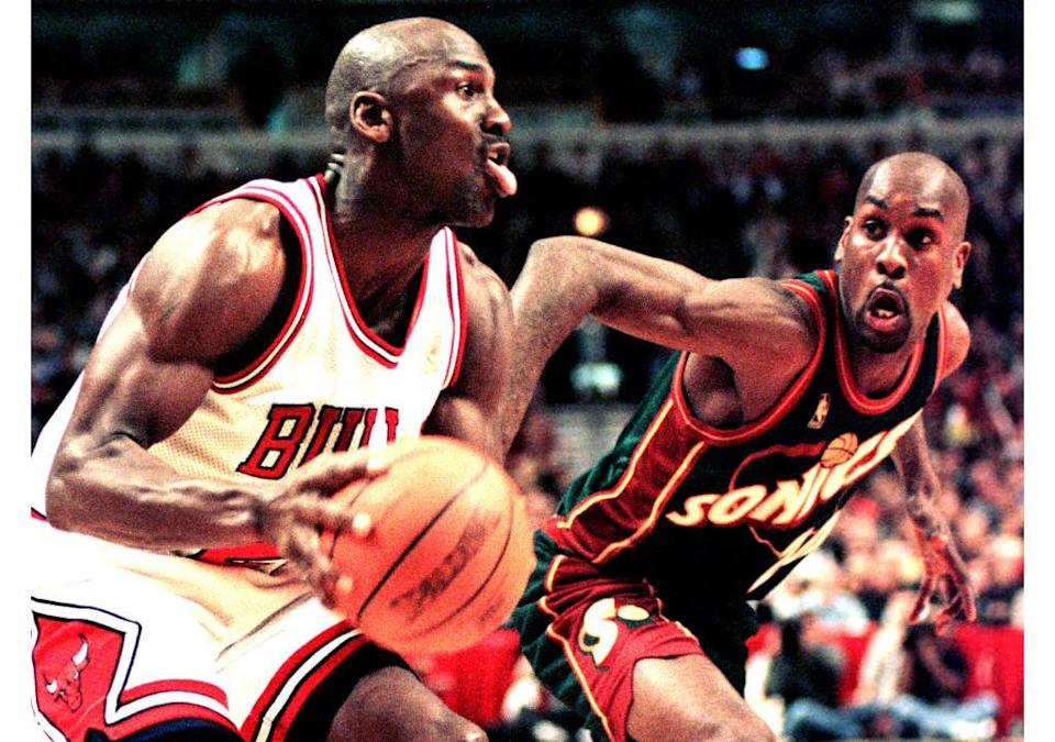 CHICAGO, UNITED STATES:  Michael Jordan of the Chicago Bulls (L) looks to make a basket as Seattle SuperSonics guard Gary Payton (R) defends in the fourth quarter of the 18 March game at the United Center in Chicago, Illinois. The Bulls defeated the Supersonics 89-87 in overtime. AFP Photo by Vincent LAFORET (Photo credit should read VINCENT LAFORET/AFP via Getty Images)