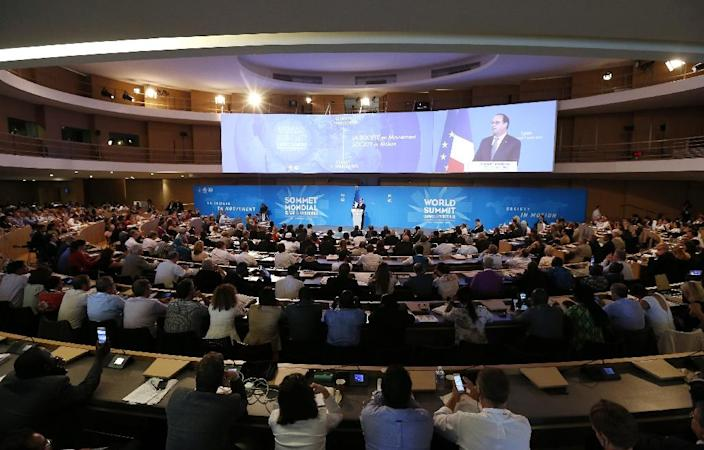 The audience listens to French president François Hollande during the World Summit - Climate and Territories in Lyon, on July 1, 2015 (AFP Photo/Ian Langsdon)