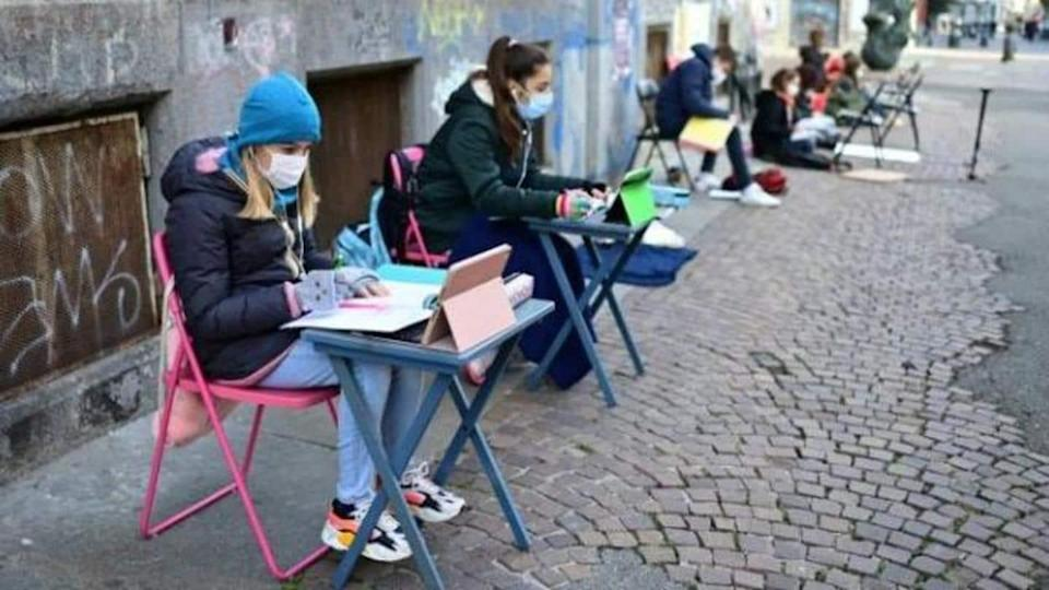 Italy: Students protest over school closures due to COVID-19