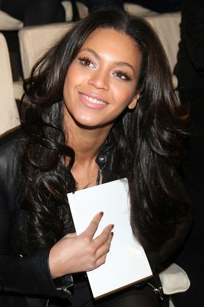 <p>In 2008, she briefly gave us a glimpse of her natural dark brown shade.</p>
