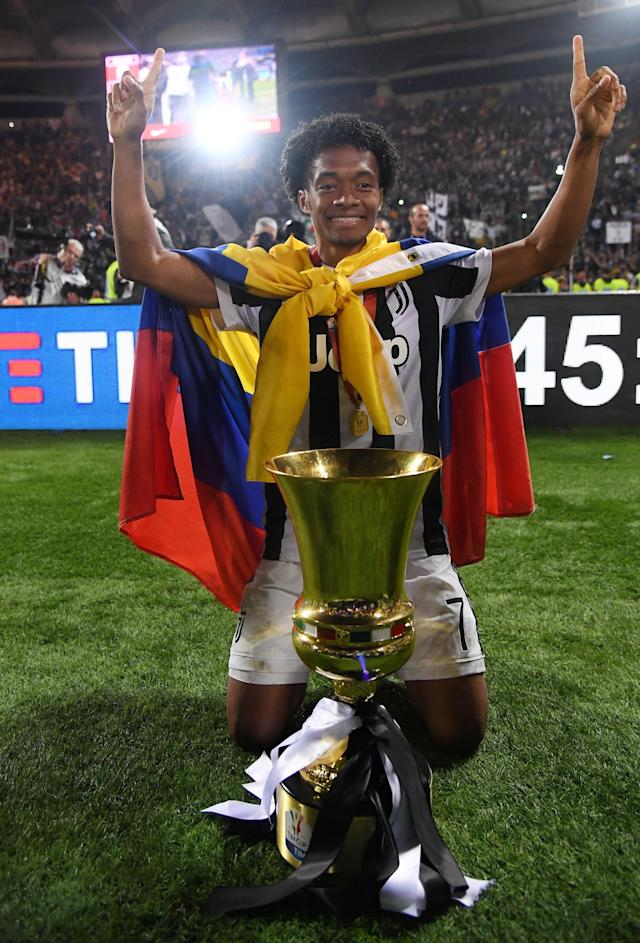 Soccer Football - Coppa Italia Final - Juventus vs AC Milan - Stadio Olimpico, Rome, Italy - May 9, 2018 Juventus' Juan Cuadrado celebrates winning the Coppa Italia with the trophy REUTERS/Alberto Lingria