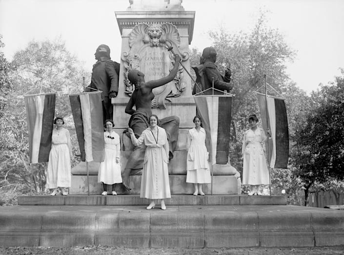 Suffragettes Demonstrating at Lafayette Statue, Washington DC, USA, circa 1918. (Photo by: Universal History Archive/Universal Images Group via Getty Images)