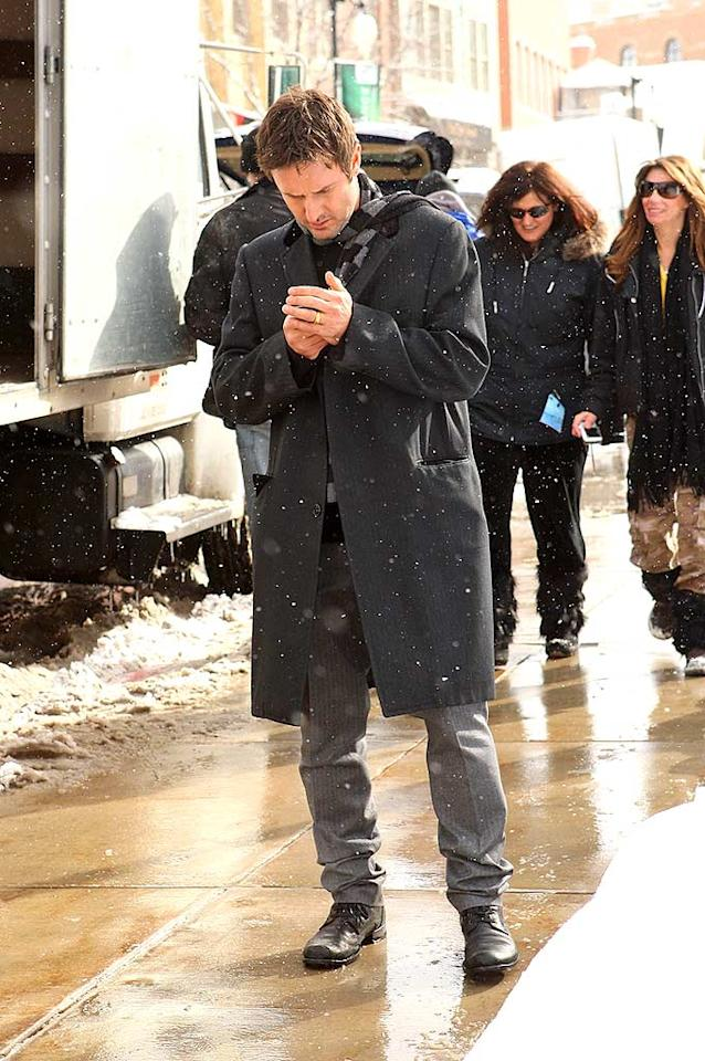 """David Arquette squints to read the screen on his Blackberry as the snow falls on Sundance. Perhaps his wife Courteney is calling with an update on their adorable daughter, Coco. Jason Merritt/<a href=""""http://www.wireimage.com"""" target=""""new"""">WireImage.com</a> - January 21, 2008"""
