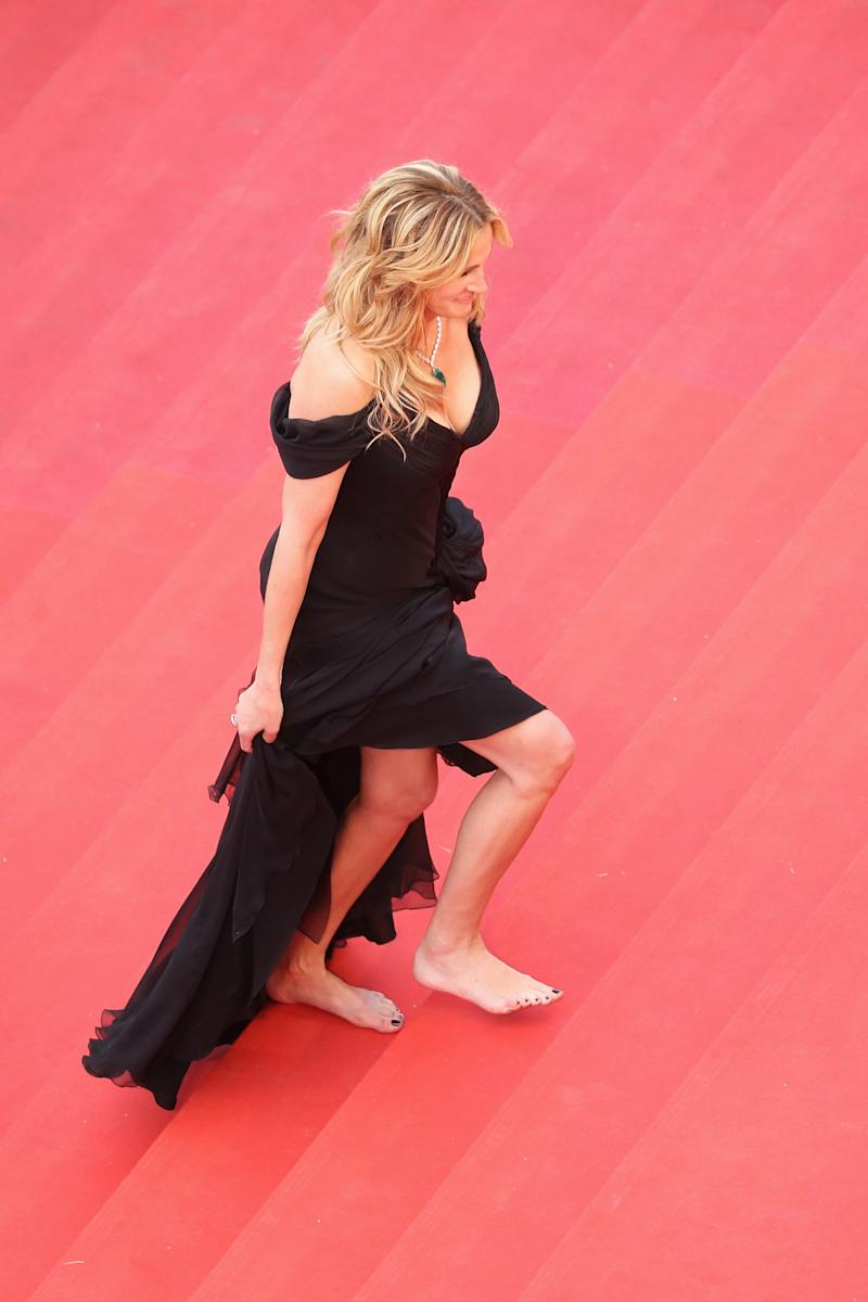 Julia Roberts walks barefoot up the red carpet at the 2016 Cannes Film Festival. (Andreas Rentz via Getty Images)