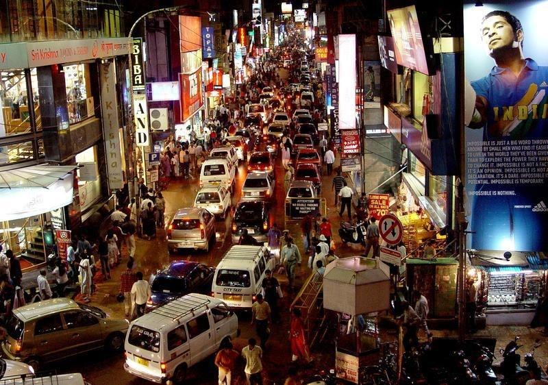 Commuters are seen on a busy commercial street in Bengaluru in this photo taken on October 2, 2004. REUTERS/Files