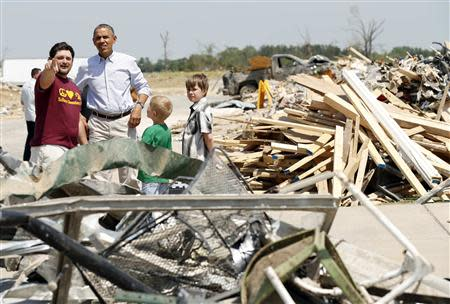 U.S. President Barack Obama talks with Daniel Smith and sons Gabriel Dority (R) and Garrison Dority as he visits the tornado devastated town of Vilonia, Arkansas May 7, 2014. REUTERS/Kevin Lamarque