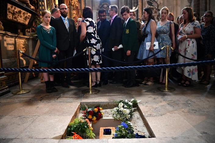 Flowers are placed alongside the ashes of British scientist Stephen Hawking during a memorial service at Westminster Abbey (AFP Photo/Ben STANSALL)