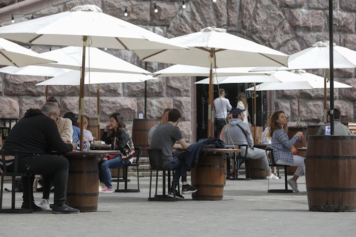 People dine outdoors in Kyiv, Ukraine, on May 11, 2020. Ukraine is allowing visits to parks, squares, recreational areas and some businesses as it starts a gradual exit from COVID-19 quarantine. (Photo: NurPhoto via Getty Images)