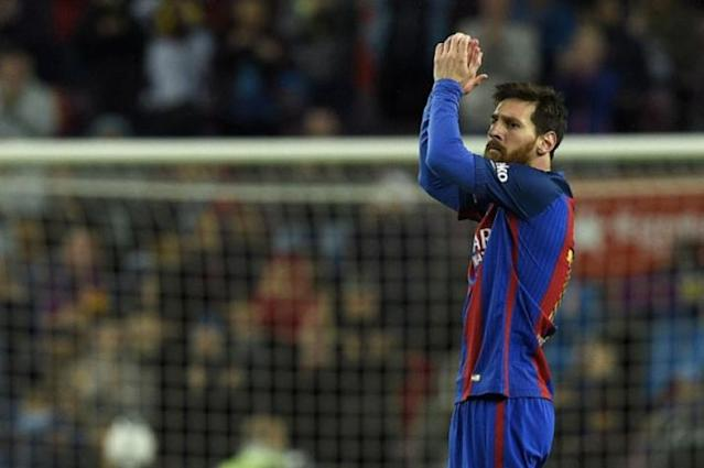 Messi aclamado no Camp Nou (Foto: LLUIS GENE / AFP)