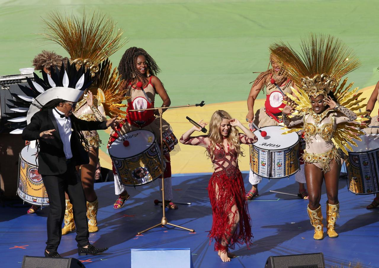 "Shakira (C) and Carlinhos Brown (L) perform ""La La La"" (Brazil 2014) during the 2014 World Cup closing ceremony at the Maracana stadium in Rio de Janeiro July 13, 2014. REUTERS/David Gray (BRAZIL - Tags: SOCCER SPORT WORLD CUP ENTERTAINMENT)"