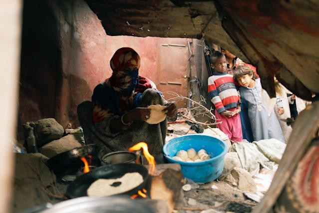 <p>Boys look as a woman displaced from the Red Sea port city of Hodeidah makes bread at a shelter in Sanaa, Yemen July 18, 2018. (Photo: Khaled Abdullah/Reuters) </p>