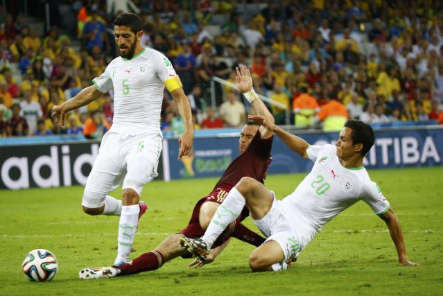 Russia's Alexander Kerzhakov (C) fights for the ball with Algeria's Rafik Halliche (L) and Aissa Mandi during their 2014 World Cup Group H soccer match at the Baixada arena in Curitiba June 26, 2014. REUTERS/Murad Sezer (BRAZIL - Tags: SOCCER SPORT WORLD CUP)