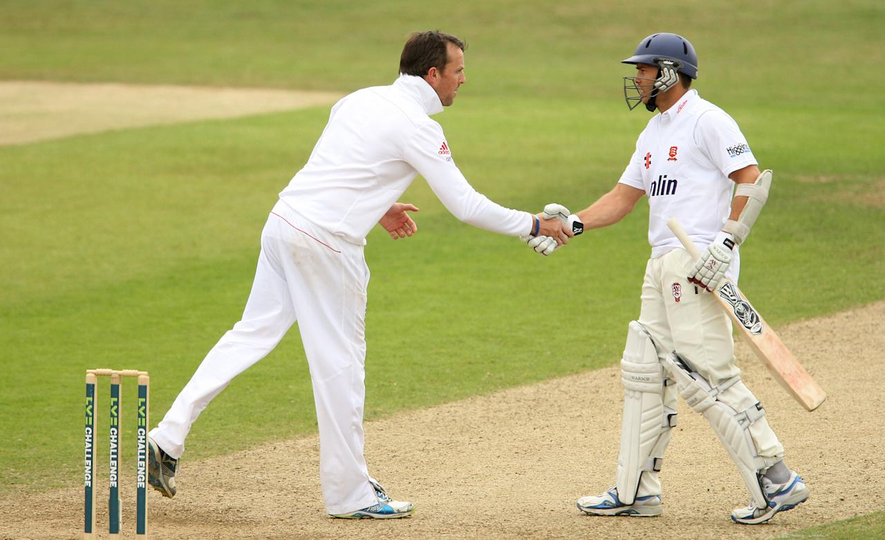 England's Graeme Swann (left) shakes hands with Essex's Greg Smith after his sides' victory on day four of the International Tour match at The County Ground, Chelmsford.