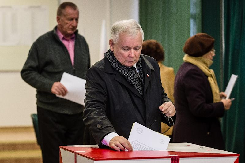 Jaroslaw Kaczynski, Poland's former prime minister and leader of the main opposition Law And Justice (PiS) party, casts his vote October 25, 2015, in Warsaw as polls show his party poised to take power (AFP Photo/Wojtek Radwanski)