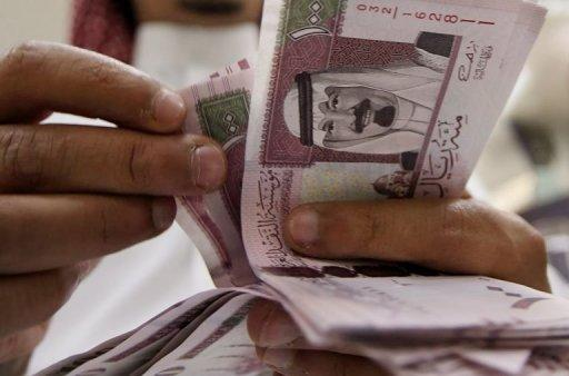 New one hundred riyals are counted in Riyadh on June 5, 2007