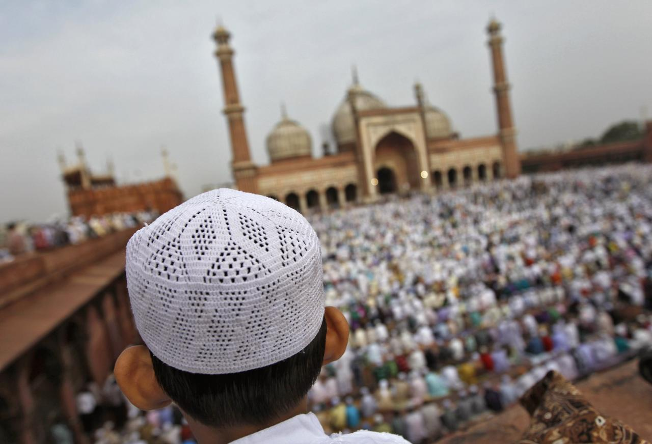 A Muslim boy sits on the balcony of the Jama Masjid (Grand Mosque) while offering prayers on the occasion of Eid-al-Fitr in the old quarters of Delhi August 20, 2012. Eid-al-Fitr marks the end of Ramadan, the holiest month in the Islamic calendar. REUTERS/Mansi Thapliyal (INDIA - Tags: RELIGION SOCIETY)