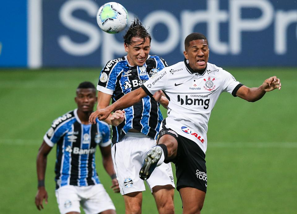 SAO PAULO, BRAZIL - NOVEMBER 22: (L-R) Geromel of Gremio and Davo of Corinthians fight for the ball during the match as part of Brasileirao Series A 2020 at Neo Quimica Arena on November 22, 2020 in Sao Paulo, Brazil. (Photo by Alexandre Schneider/Getty Images)