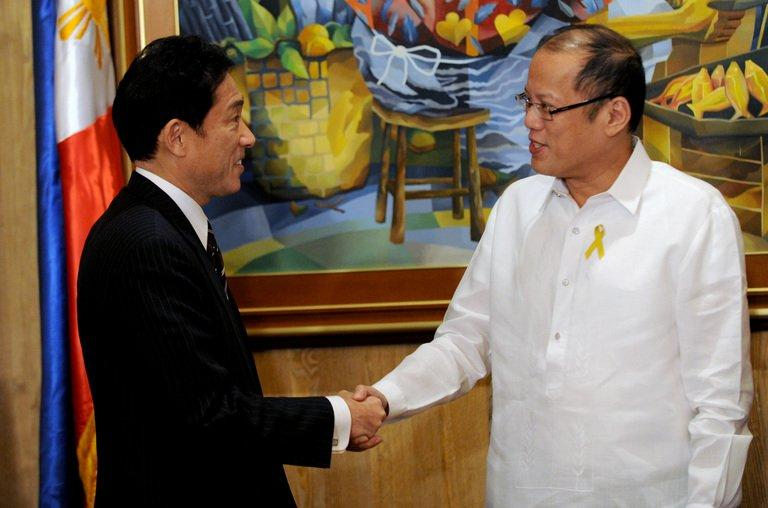 Philippine President Benigno Aquino (R) welcomes Japanese Foreign Minister Fumio Kishida, in Manila, on January 10, 2013