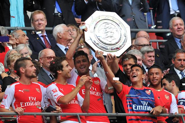 Arsenal players lift the Community Shield trophy after winning against Manchester City at Wembley, August 10, 2014 (AFP Photo/Glyn Kirk)