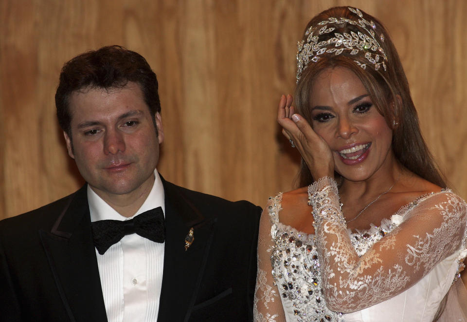 MONTERREY, MEXICO - DECEMBER 17:  Singer Gloria Trevi (R) and Armando Gomez (L) during the press conference after their wedding at Museo de arte Contemporaneo on December 17, 2009 in Monterrey, Mexico. (Photo by Alfredo Lopez/Jam Media/LatinContent via Getty Images)