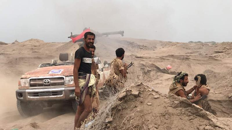 Yemeni pro-government forces man a barricade in Al-Fazah district of Yemen's Hodeida province on June 16, 2018 (AFP Photo/-)