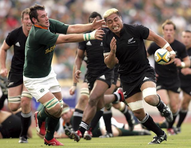 New Zealand's Jerry Collins (R) avoids a tackle by South Africa's Pedrie Wannenberg during their Tri-Nations rugby union match in Rustenburg, South Africa in this September 2, 2006 file picture. Former All Blacks captain Collins and his wife have been killed in a car crash in France, New Zealand's Ministry of Foreign Affairs and Trade confirmed on June 5, 2015. The ministry said it was not in a position to confirm how the accident occurred but Le Figaro newspaper reported Collins and his wife, Alana Madill, died in a collision with a bus on the A9 motorway in Herault, southern France. REUTERS/Howard Burditt/Files