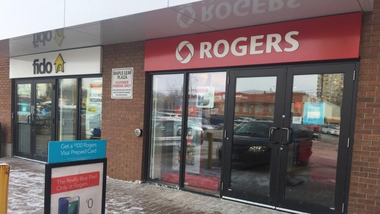 2 Rogers store employees tied up and pepper sprayed during cellphone robbery