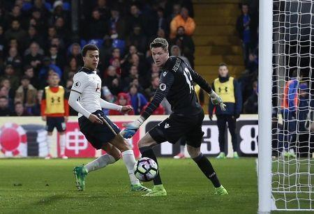 Britain Soccer Football - Crystal Palace v Tottenham Hotspur - Premier League - Selhurst Park - 26/4/17 Tottenham's Dele Alli shoots at goal as Crystal Palace's Wayne Hennessey looks on Action Images via Reuters / Matthew Childs Livepic