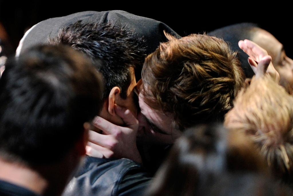 UNIVERSAL CITY, CA - JUNE 05:  Actors Taylor Lautner (L) and Robert Pattinson in the audience during the 2011 MTV Movie Awards at Universal Studios' Gibson Amphitheatre on June 5, 2011 in Universal City, California.  (Photo by Kevin Mazur/WireImage)