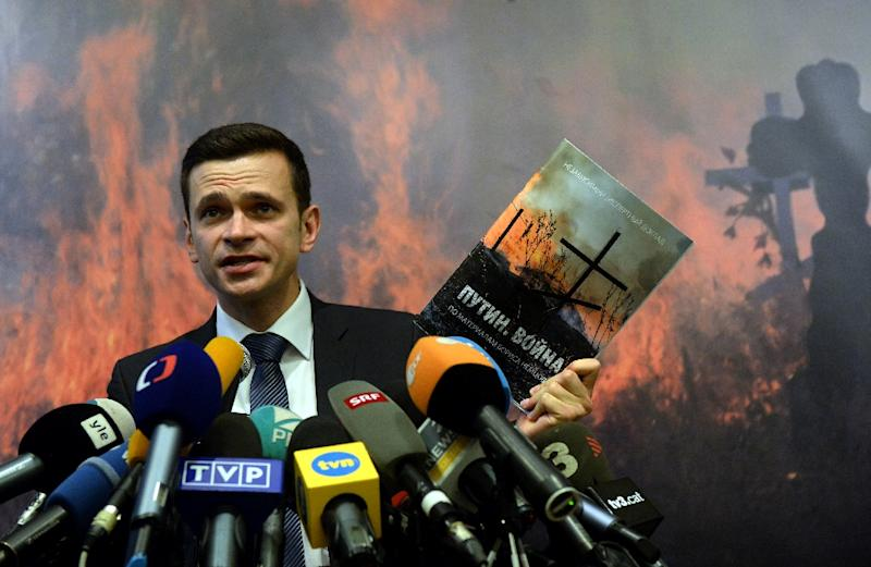 """Russian opposition activist Ilya Yashin presents the """"Putin War"""" report during a press conference in Moscow, on May 12, 2015 (AFP Photo/Vasily Maximov)"""