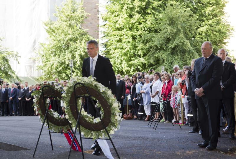 Norwegian King Harald, right, and Prime Minister Jens Stoltenberg, center, attend a memorial ceremony for the victims of bombings and shooting near the site of a heavily damaged building by the bomb attack, in Oslo, Norway, Sunday July 22, 2012. Norway marked the first anniversary of the bombing in government buildings in Oslo, and shooting dead of youths at a Labor Party youth camp on Utoeya island. (AP Photo/NTB Scanpix, Roald Berit) NORWAY OUT