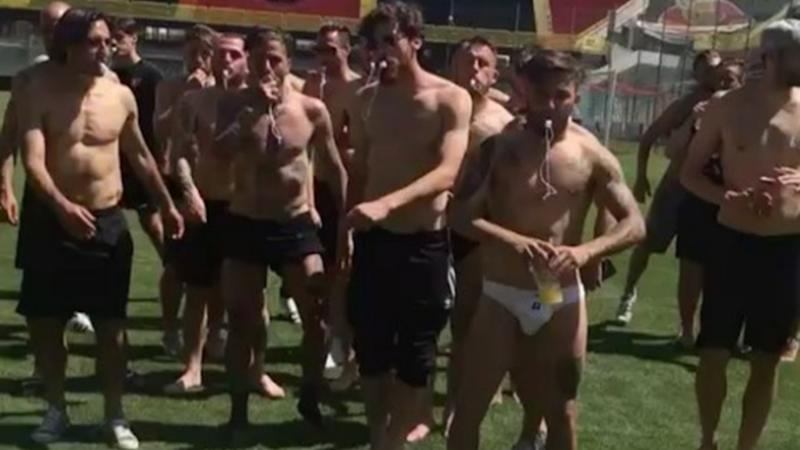 VIDEO - Foggia in Serie B, si balla la Papu dance in mutande