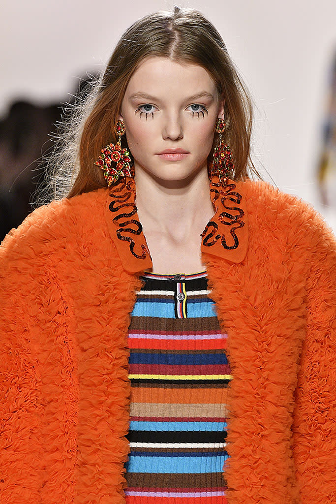 A model walks the runway at the Jeremy Scott Fall 2017 show with exaggerated doll-like individual lashes. (Photo: Getty Images)