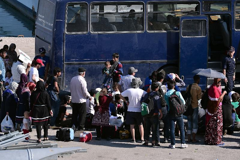 Migrants wait to be transferred to a camp on the Greek island of Lesbos, June 17, 2015 (AFP Photo/Louisa Gouliamaki)