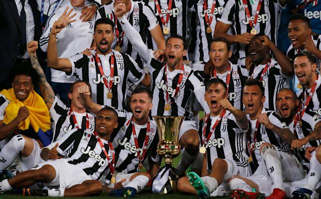 Soccer Football - Coppa Italia Final - Juventus vs AC Milan - Stadio Olimpico, Rome, Italy - May 9, 2018 Juventus players celebrate with the trophy after winning the Coppa Italia REUTERS/Stefano Rellandini