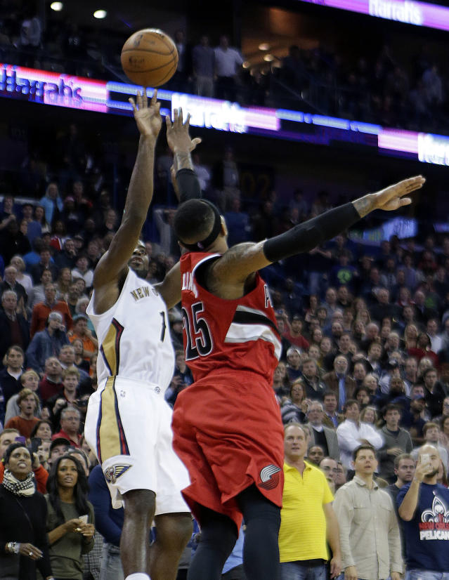 New Orleans Pelicans guard Tyreke Evans (1) shoots the game-winning shot over Portland Trail Blazers guard Mo Williams (25) in the final seconds of the second half of an NBA basketball game in New Orleans, Monday, Dec. 30, 2013. The Pelicans won 110-108. (AP Photo/gerald herbert)