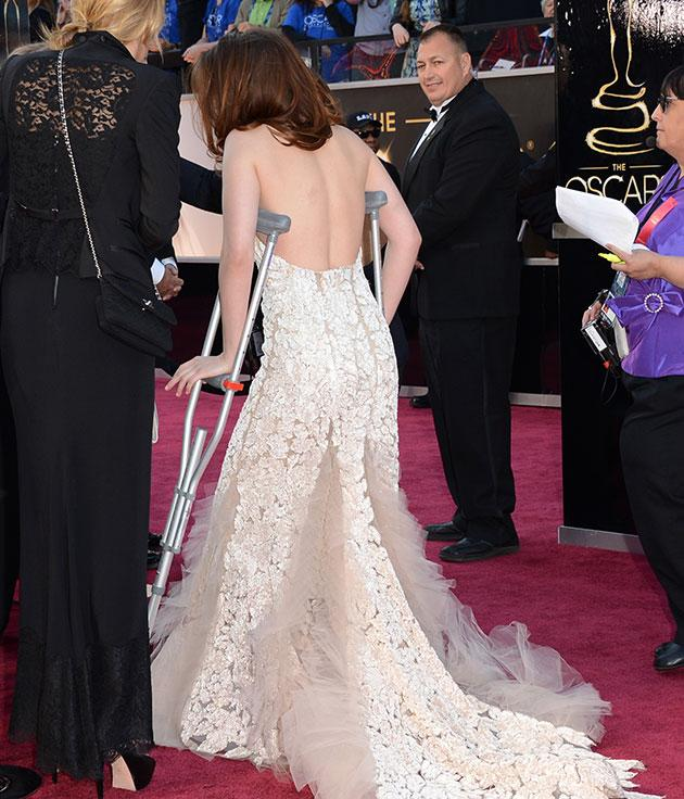 Kristen Stewart arrives at the oscars... on crutches. (Credit: Getty)