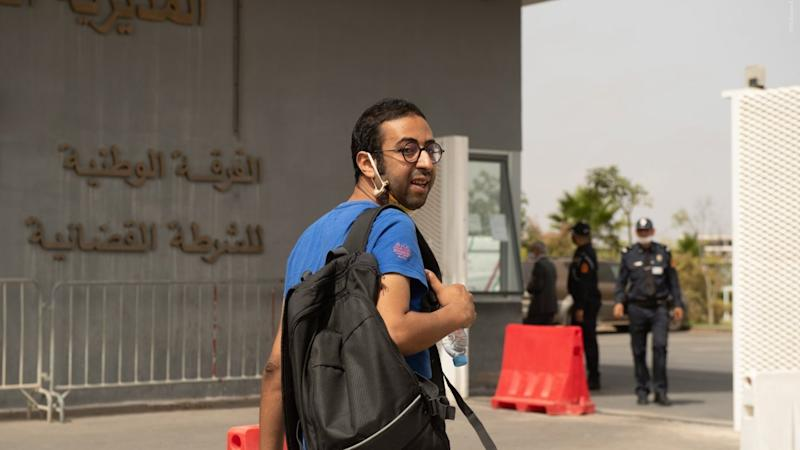 Omar Radi on the way to interrogation with the Moroccan police © Mohamed Drissi Kamili / Le Desk